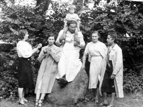 1938 год. Ружаны. Наўроцкі сядзіць на камені